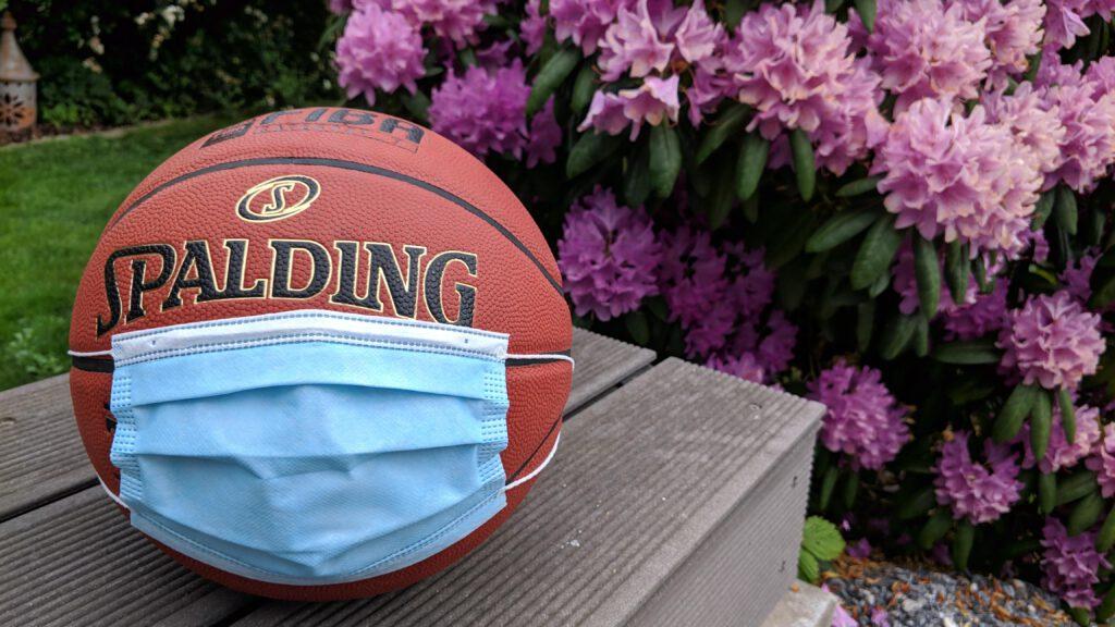 Basketball mit Mund-Nase-Schutzmaske